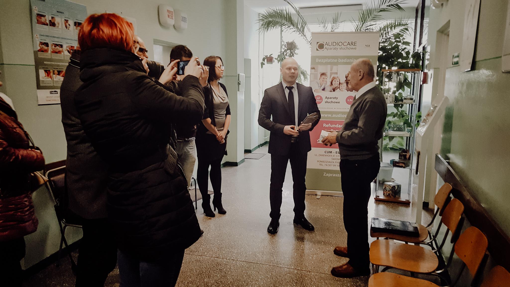 AUDIOCARE | Jan Drabik odbiera aparaty słuchowe przekazane przez firmę Sivantos producenta aparatów marki Signia
